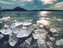 Glaciares de fusión y niveles de levantamiento del río El resultado de acciones humanas peligrosas Fotografía de archivo libre de regalías