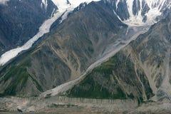 Glaciares que fluyen abajo de la montaña en el parque nacional de Kluane, el Yukón Foto de archivo libre de regalías