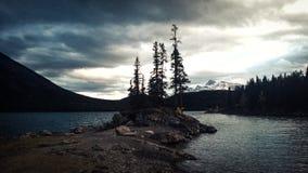 Glacier湖山暴风云海岛 免版税库存照片