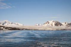 Glacier au-dessus de la mer et des montagnes derrière, le Svalbard, arctique Image stock