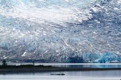 Glacier blanc bleu au bord de l'eau images libres de droits