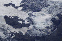 Glacier blanc et bleu noir avec la roche Photos stock