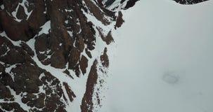 Glacier dans les montagnes Pentes rocheuses couvertes de la glace, de neige et de fissures banque de vidéos