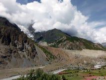 Glacier de l'Himalaya couvert en nuages de mousson Images libres de droits