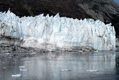 Glacier de Margerie se reflétant dans l'eau claire d'océan en parc national de baie de glacier photo libre de droits