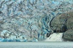 Glacier de Mendenhall et cascade à écriture ligne par ligne, Juneau, Alaska Photographie stock libre de droits