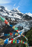 Glacier de Ming Yong avec les drapeaux bouddhistes de prière Photographie stock