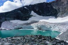 Glacier en Norvège avec le ciel bleu et les nuages Image stock