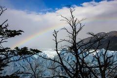 Glacier et arc-en-ciel au-dessus de lui Images libres de droits