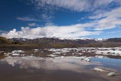 Glacier et lac avec des icebergs en Islande Photo stock