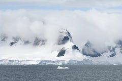 Glacier et nuages de vêlage couvrant le littoral du Ba de paradis photo stock
