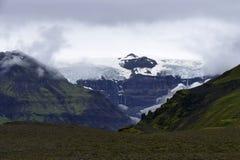 Glacier jetant un coup d'oeil par le brouillard en parc national de Skaftafell, Islande images stock