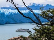 Glacier Perito Moreno, croisière et une vue gentille Photo stock