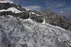 Glacier près de crête de montagne Images stock