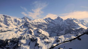 Glaciers couronnés de neige majestueux d'alpes de paysage d'hiver de panorama de montagne banque de vidéos