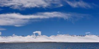 Glaciers de lac virgin de XIZANG avec la réflexion de l'eau Photos libres de droits