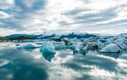 Glacjalna laguna w Iceland, chmurna pogoda, góry na horyzoncie Glacjalny jezioro odbija niebo Zdjęcie Royalty Free