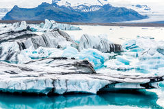 Glacjalna laguna w Iceland, chmurna pogoda, góry na horyzoncie Glacjalny jezioro odbija niebo Fotografia Stock