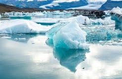 Glacjalna laguna w Iceland, chmurna pogoda, góry na horyzoncie Glacjalny jezioro odbija niebo Zdjęcia Royalty Free