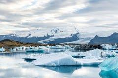 Glacjalna laguna w Iceland, chmurna pogoda, góry na horyzoncie Glacjalny jezioro odbija niebo Obrazy Royalty Free