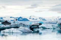 Glacjalna laguna w Iceland, chmurna pogoda, góry na horyzoncie Glacjalny jezioro odbija niebo Fotografia Royalty Free
