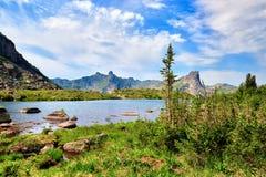 Glacjalny jezioro w wiszącej dolinie Obrazy Royalty Free
