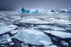 Glacjalny jezioro z górami lodowa Fotografia Royalty Free