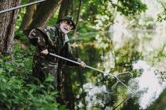 Glad åldrig sportfiskare som tycker om hans fiska helg royaltyfri foto
