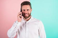 Glad για να σας ακούσει Κινητή συνομιλία με το φίλο Η κινητή επικοινωνία κρατά τις φιλικές σχέσεις Τηλεφωνική επικοινωνία στοκ φωτογραφία με δικαίωμα ελεύθερης χρήσης