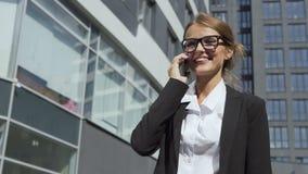 Glad affärskvinna som talar på telefonen arkivfilmer