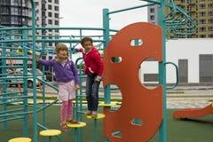 Glad aktiv barndom Skämtsamma ungar som spelar på lekplats Barn som har gyckel i sommar arkivbild