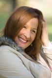 Glad avkopplad attraktiv mogen kvinna Arkivbild