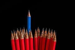 Glad blyertspenna bland ledset Arkivfoton