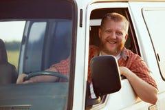 Glad chaufför på hjulet av hans bil Fotografering för Bildbyråer