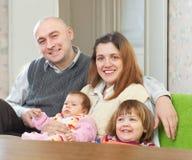 Glad familj med barn Arkivbild