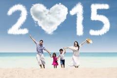 Glad familj som har gyckel i semester Arkivfoton