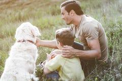 Glad familj som spenderar tid på naturen arkivbild
