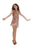 Glad flicka i färgrika klänninghopp Royaltyfri Fotografi