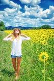 Glad flicka i solrosfält Royaltyfri Fotografi