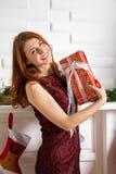 Glad flicka med julgåvor Royaltyfria Bilder