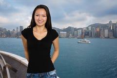Glad flicka på bakgrunden av Hong Kong royaltyfri fotografi