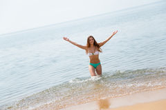 Glad flickadans på stranden arkivbild
