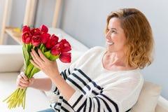 Glad hög dam som hemma firar händelse Royaltyfria Foton