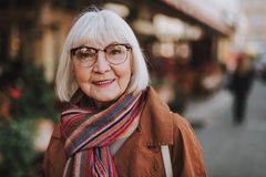 Glad hög kvinna i exponeringsglas som utomhus poserar royaltyfria foton