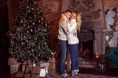 glad jul Barnpar som firar det hemmastadda nya året svarta par för bakgrund som kramar manromantikerkvinnan Fotografering för Bildbyråer