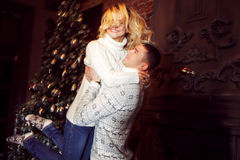 glad jul Barnpar som firar det hemmastadda nya året svarta par för bakgrund som kramar manromantikerkvinnan Arkivbild