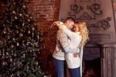 glad jul Barnpar som firar det hemmastadda nya året svarta par för bakgrund som kramar manromantikerkvinnan Royaltyfria Bilder
