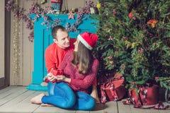 glad jul Barnpar som hemma firar jul Royaltyfria Bilder