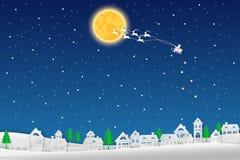 Glad jul, det Santa Claus flyget med renen på blå nattbakgrund, skyler över brister snittet ut och tillverkar vinterlandskapet, v Royaltyfri Bild