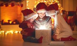 Glad jul! familjmoder och barn med den magiska gåvan på royaltyfria foton